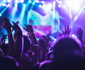 Нощните клубове, баровете и дискотеките отварят врати