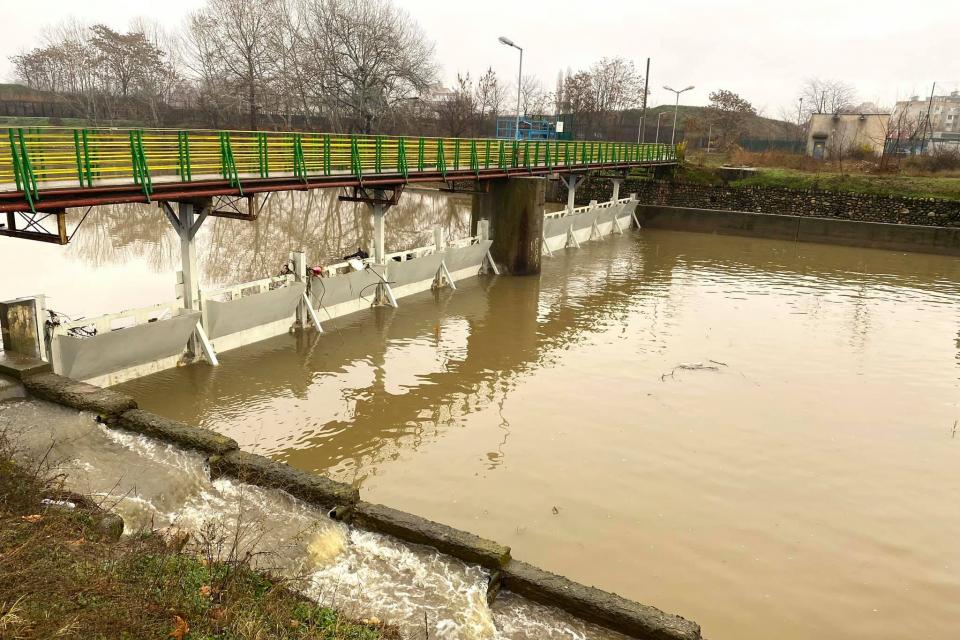 Понижението е в резултат на това, че временната дига е нарушена частично. Водата се отклоняваше и целият отток минаваше през града, а сега вече приблизително...