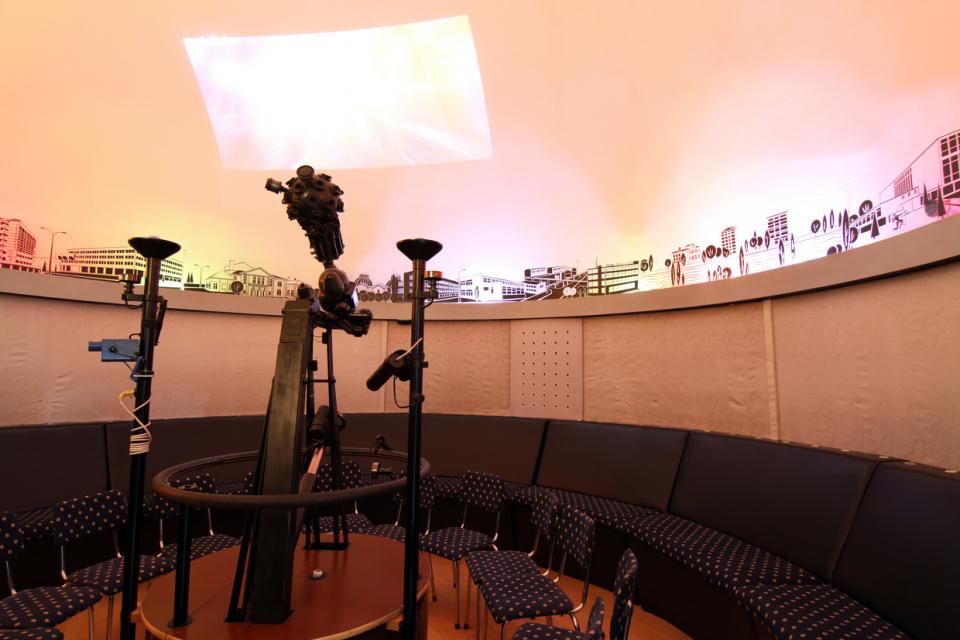 В Астрономическата обсерватория с планетариум в Ямбол на 29 юни ще бъде официално открит нов дигитален планетариум, единствен в Югоизточна България, съобщи...