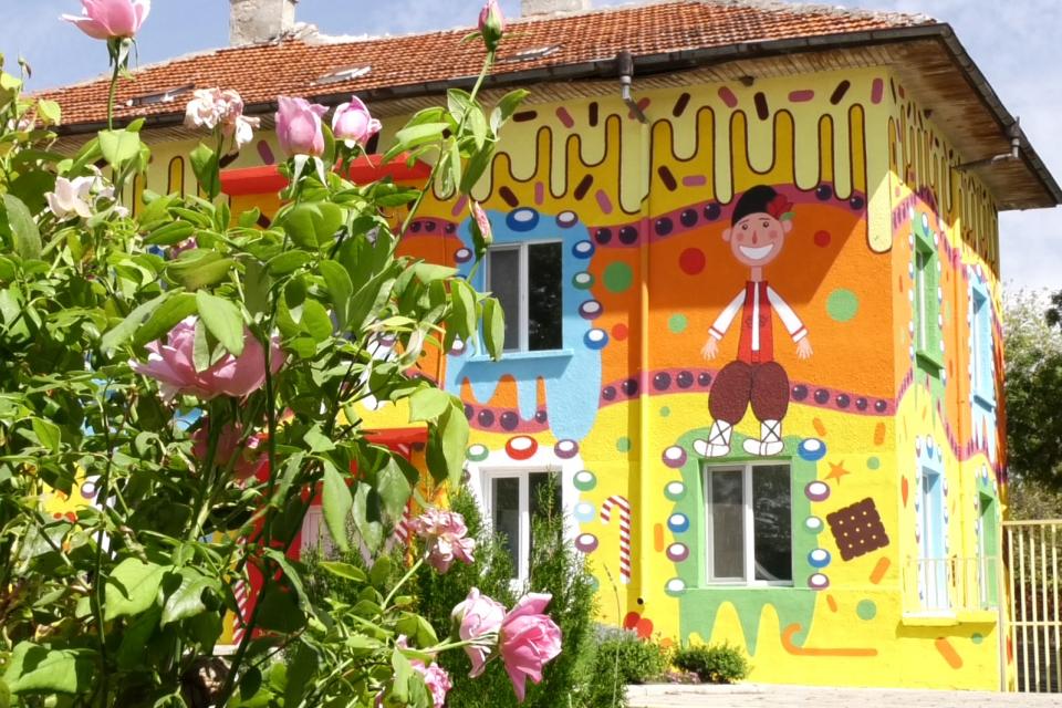 Сградата на бивша детска градина в село Козарево ще получи нов живот. Детският смях отново ще се завърне, а мястото ще ги посрещне като детски център....