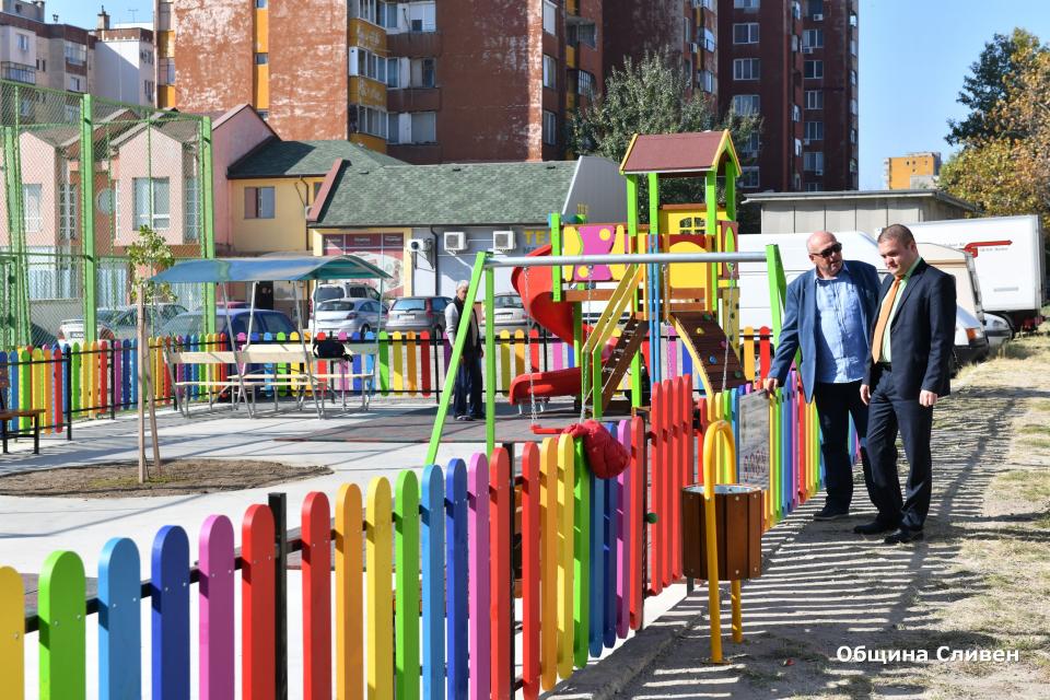 """Най-малките жители на квартал """"Дружба""""вече се радват на нова детска площадка. Съоръжението е изградено до блок № 38 в квартала, в близост до спортната..."""