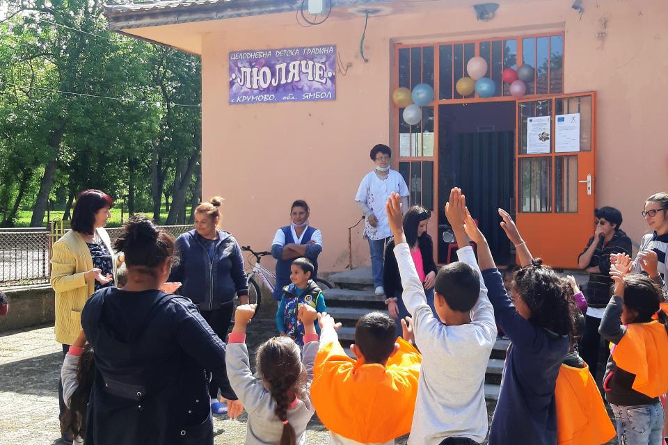 """За Първи юни – Международния ден на детето, община """"Тунджа"""" подари нова площадка на децата в най-голямото село – Тенево. Комбинираната пързалка и люлките..."""
