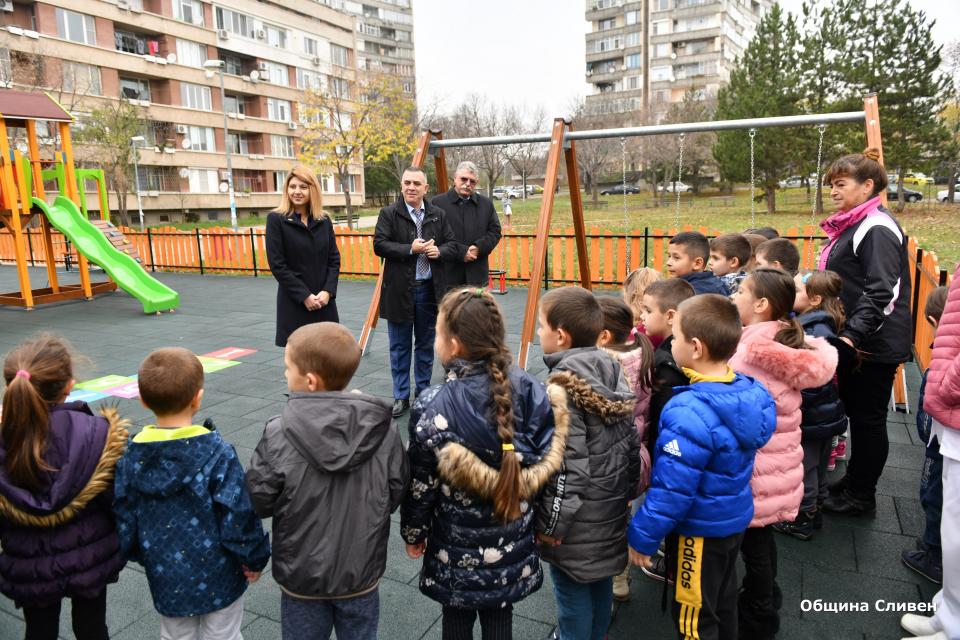 """На изцяло нова и атрактивна детска площадка вече се радват най-малките обитатели на квартал """"Младост"""". Новото съоръжение се намира до детска градина """"Детство""""..."""