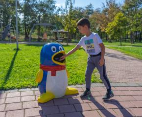 Нови детски кошчета за смет в парка на Ямбол