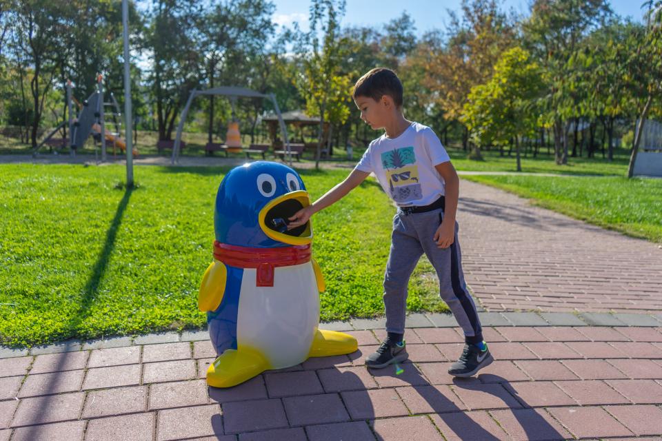 Детският кът в Градския парк на Ямбол е допълнен с две детски кошчета за смет във формата на пингвин и рибка, които със сигурност ще привличат вниманието...