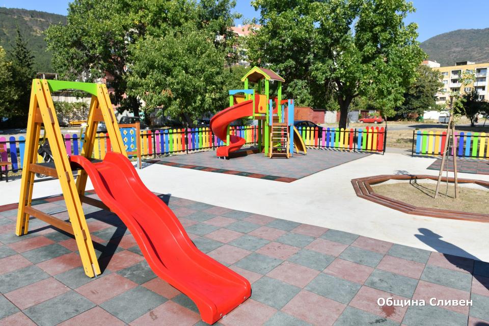 """Изцяло нови и пъстри детски съоръжения вече радват най-малките жители в кварталите """"Сини камъни"""", """"Даме Груев"""" и """"Клуцохор"""". Те разполагат с комбинирани..."""