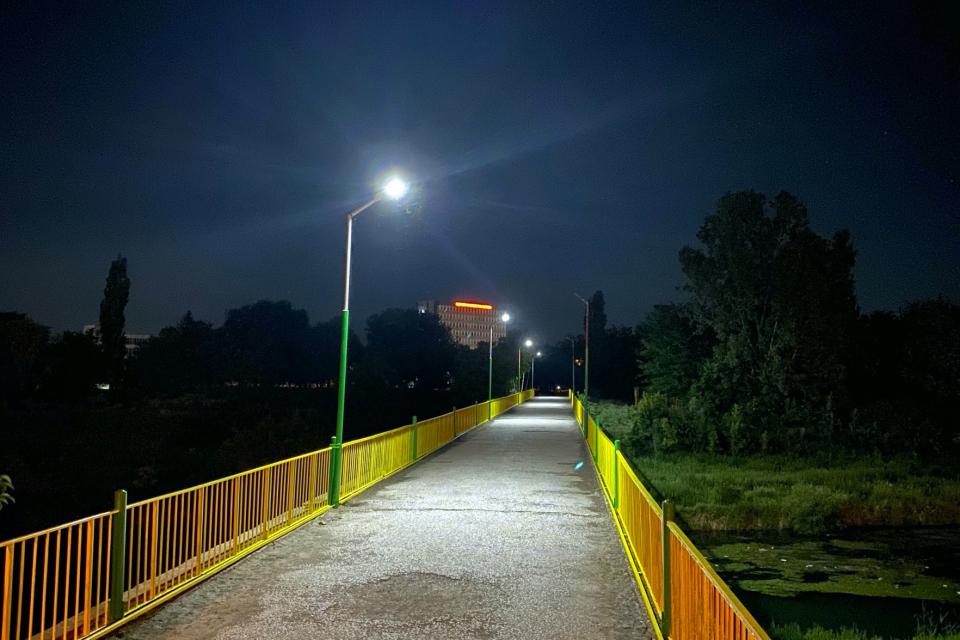 """Два пешеходни моста в Ямбол вече имат нов облик. Мостът до """"Бонбонена фабрика"""" е почистен и боядисан. За по-голяма безопасност при преминаването на гражданите..."""