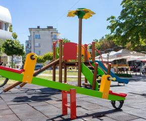 """Нови съоръжения на детската площадка до подлеза на улица """"Георги С. Раковски"""" (видео)"""