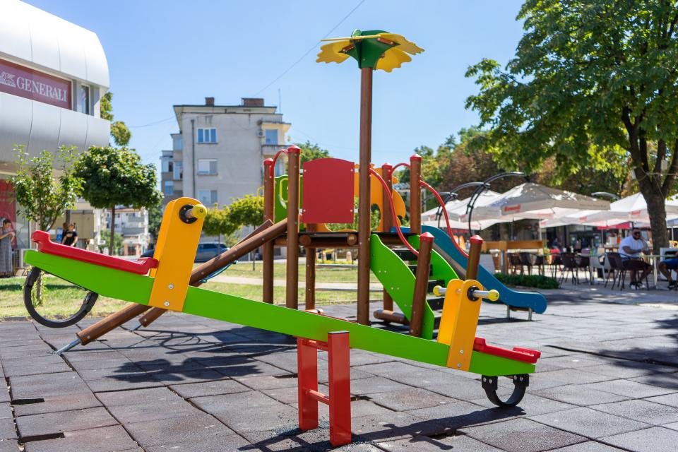 """Детската площадка на улица """"Георги С. Раковски"""", която се намира в близост до подлеза в централната градска част на Ямбол, е с нови съоръжения.   Инициативата..."""
