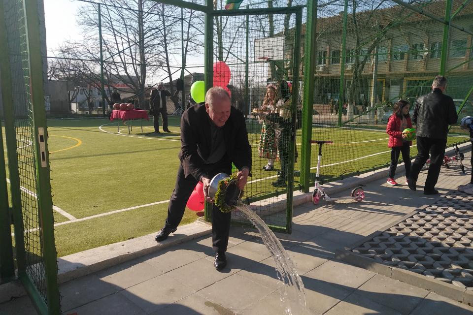 Ново мултифункционално игрище вече е изградено в Болярово. Вчера официално лентата му беше прерязана от кмета на общината Христо Христов, ръководителят...