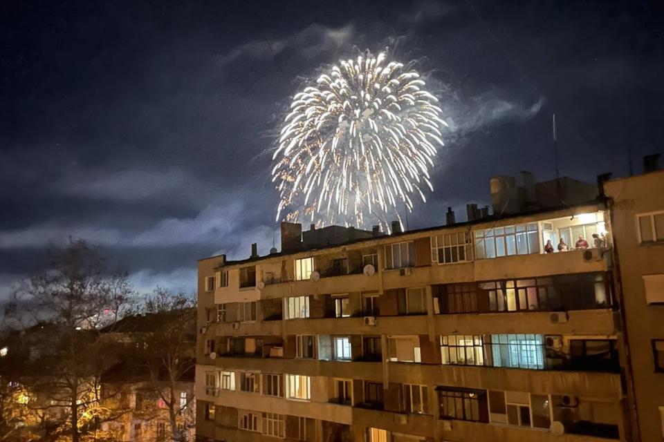 Ямбол посрещна бурно, с фойерверки и шампанско Новата 2021-ва година. За изминалото денонощие в областта не са регистрирани тежки криминални прояви, съобщиха...