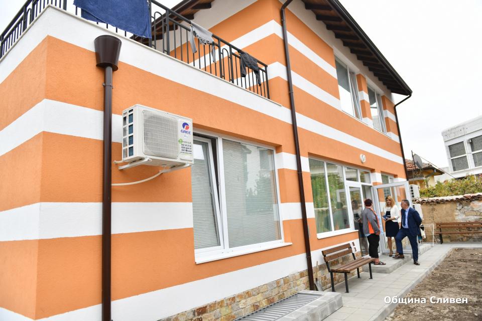 Новото защитено жилище за възрастни с умствени увреждания в Сливен вече посрещна своите потребители. Кметът Стефан Радев се срещна с тях и разгледа новопостроената...