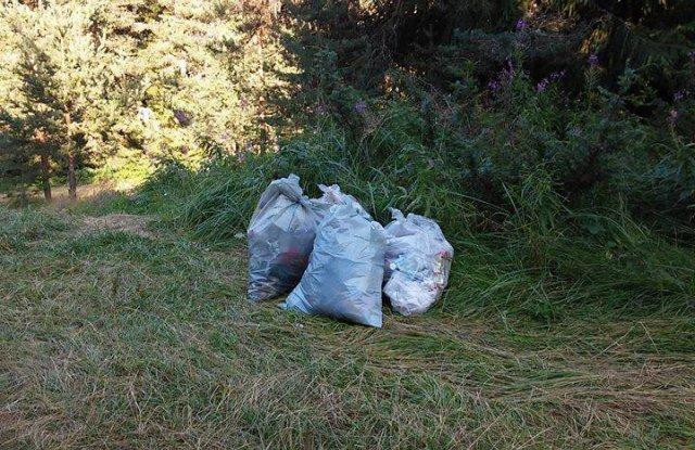 Три деца от златишкото селоЦърквище са се заели с нелеката задача да почистят природата в околността.Снимката на малките сметосъбирачи с големите чували...