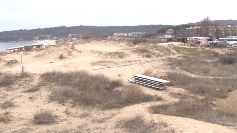"""Снимки и видеоклипове, показващи заравняване с трактор на плаж """"Смокиня"""" разбуниха духовете в социалната мрежа. Опасенията на местните са, че са засегнати..."""