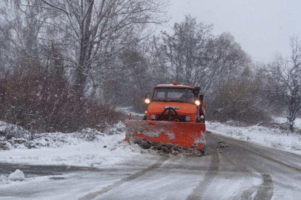 Няма затворени пътища на този етап в ямболска област, съобщи за 999 директорът на Областно пътно управление Галин Костов. 15-сантиметра е снежната покривка...