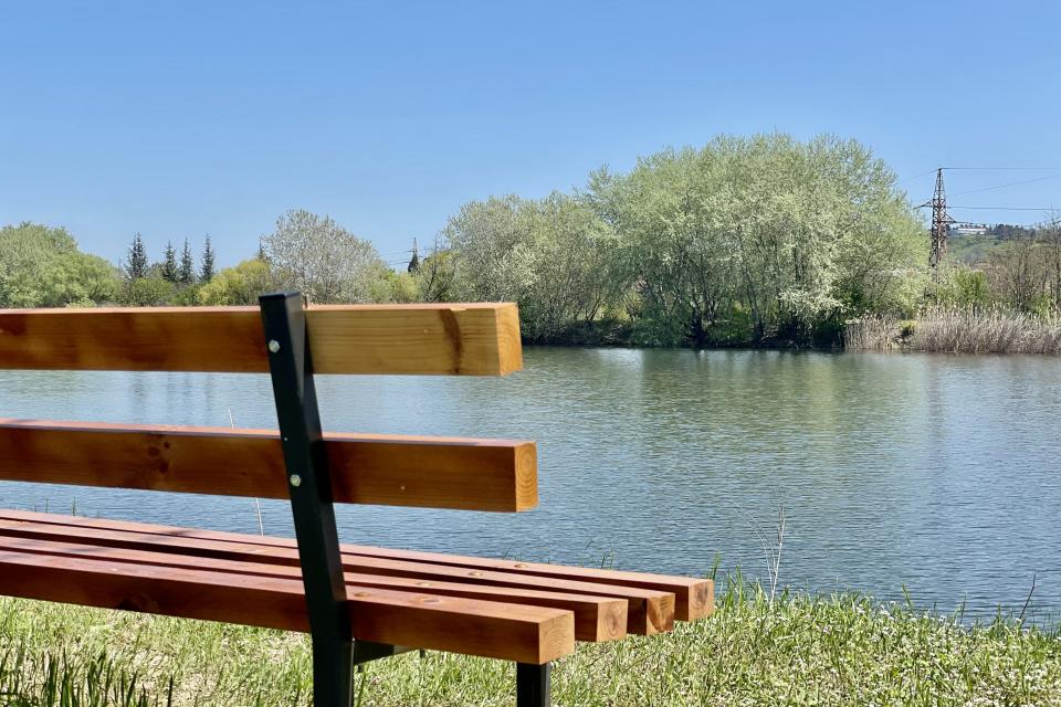 """Служители на Общинско предприятие """"Паркове и зони за отдих и спорт"""" почистват пространството около Гребния канал, което ще бъде затревено, за да се превърне..."""