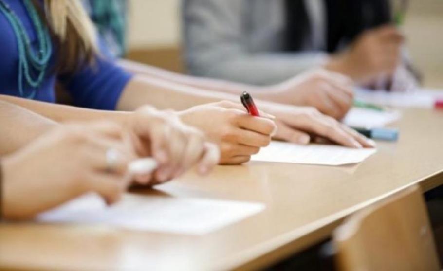 Матурите да бъдат преместени за по-късни дати, вероятно през лятото, обмислят в образователното министерство. Това ще се наложи, ако училищата останат...