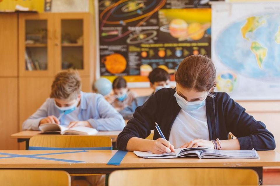 """МОН обмисля удължаване на учебната година за учениците от 1 до 6 клас с две седмици през юни.Това каза министърът на образованието Красимир Вълчев.""""В..."""