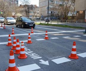 Обновяването на пътната маркировка в Ямбол продължава