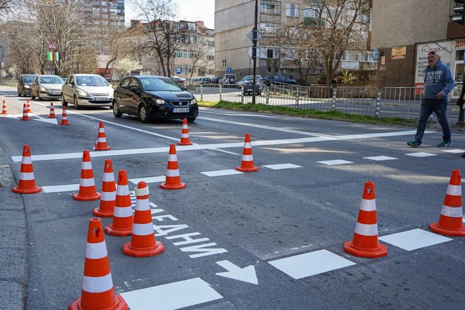 Нова надлъжна и напречна маркировка тип студен пластик се нанася по основните улици и кръстовища в град Ямбол. Обновяването на пешеходните пътеки, стоп-линиите...