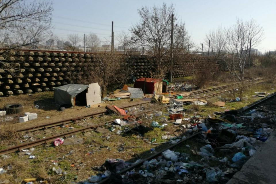 """На две места неканени гости от Ямбол и Сливен бяха издигнали свои импровизирани колиби и купчини боклук край тях – зад предприятието """"Хемус"""" и до старата..."""