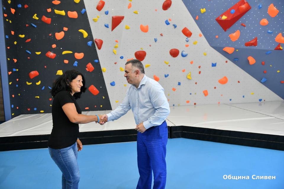 """Стена за боулдър катерене беше монтирана в Спортен комплекс """"Асеновец"""" в Сливен. Днес кметът Стефан Радев се срещна с представители на Алпийски клуб """"Сини..."""