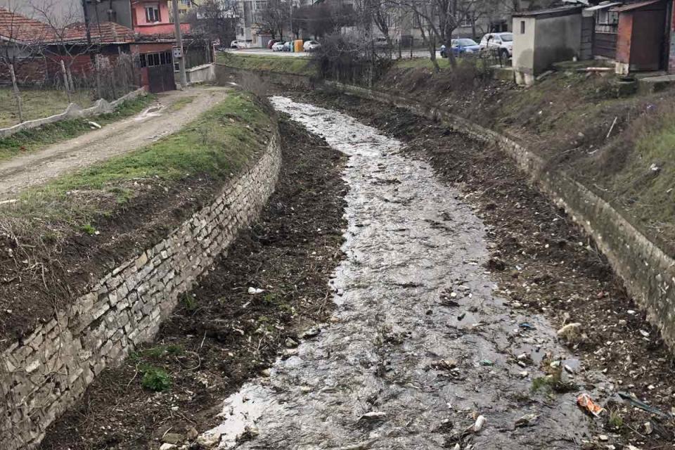 Около 90 процента от реките в Сливен са почистени основно и в урбанизираната си територия те са с нормална проводимост. Предстои възлагане по възстановяване...