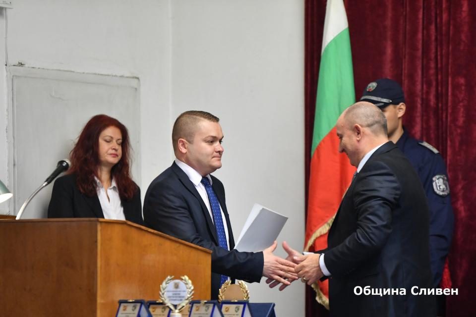 Българската полиция чества своя професионален празник. По този повод ОДМВР-Сливен свика тържествено събрание в сградата на дирекцията. Временно изпълняващият...