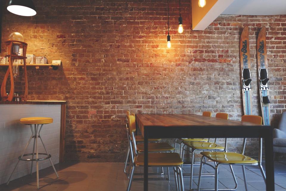 Община Сливен ще предложи намаляване с 50 процента наемите на общински имоти и таксата за тротоарно право до края на годината за хотели и ресторанти. Това...