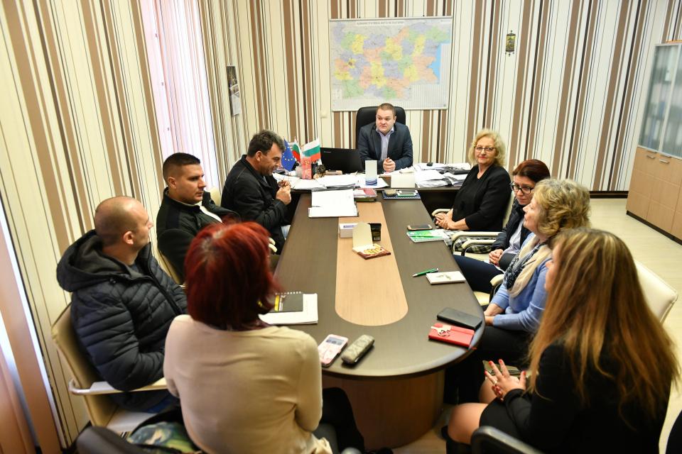 Заместник-кметът и председател на общинската епизоотична комисия Румен Иванов свика извънредно заседание на общинската епизоотична комисия. Повод за това...