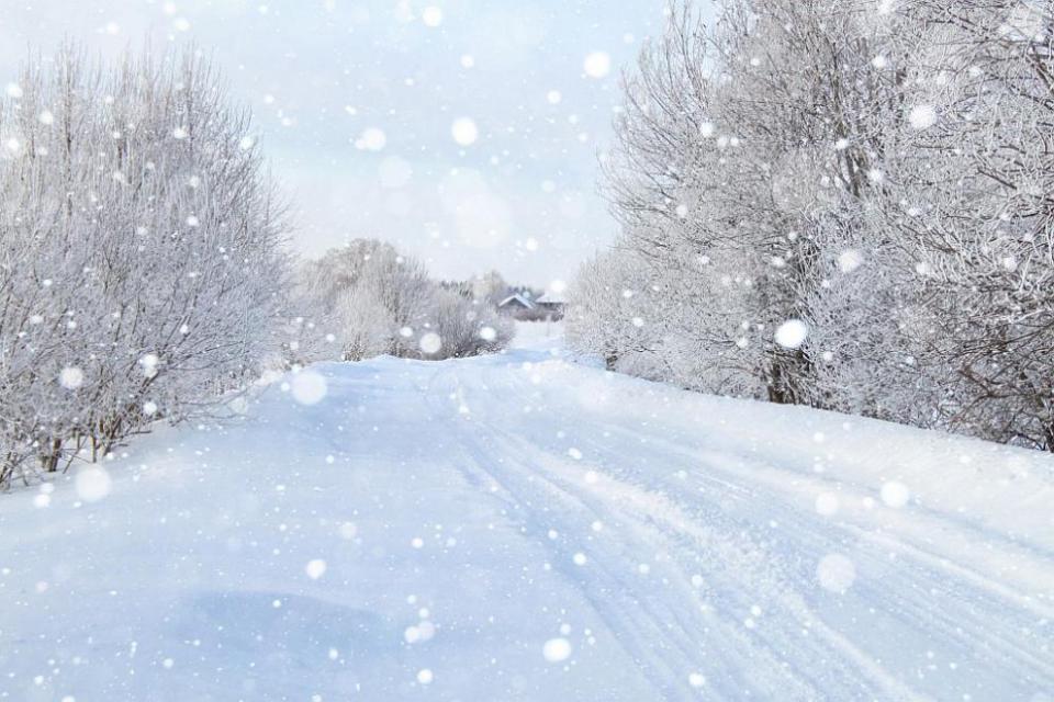 В планинската част на община Сливен има обилен снеговалеж, който се увеличава. Придружен е с вятър на пориви, което не позволява почистване на пътищата...