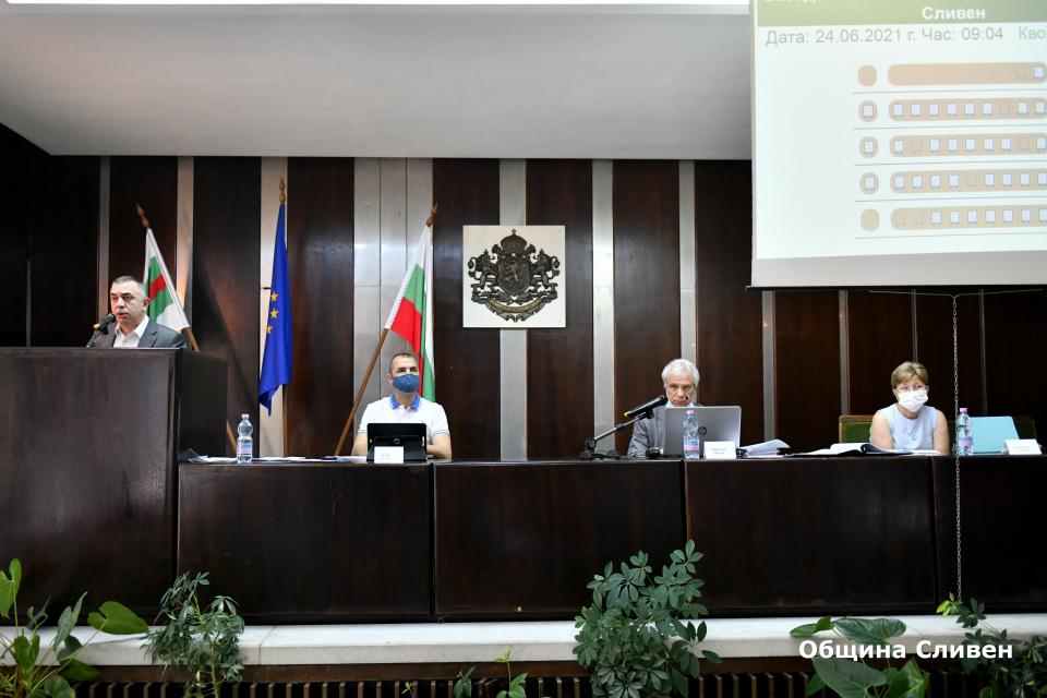На свое редовно заседание днес местният парламент в Сливен одобри изменението на общинския бюджет. Като основен мотив за това кметът Стефан Радев посочи...