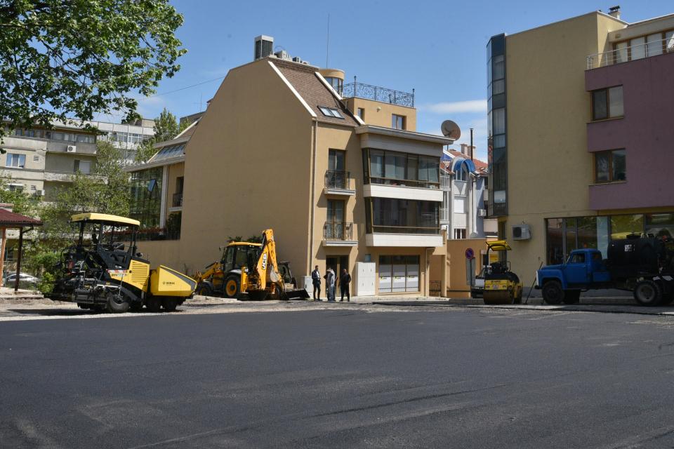 Близо 2 млн. лв. е осигурила Община Сливен за поетапен ремонт и изкърпване на уличната пътна мрежа в различни участъци, които стартираха от вчера. От Дирекция...