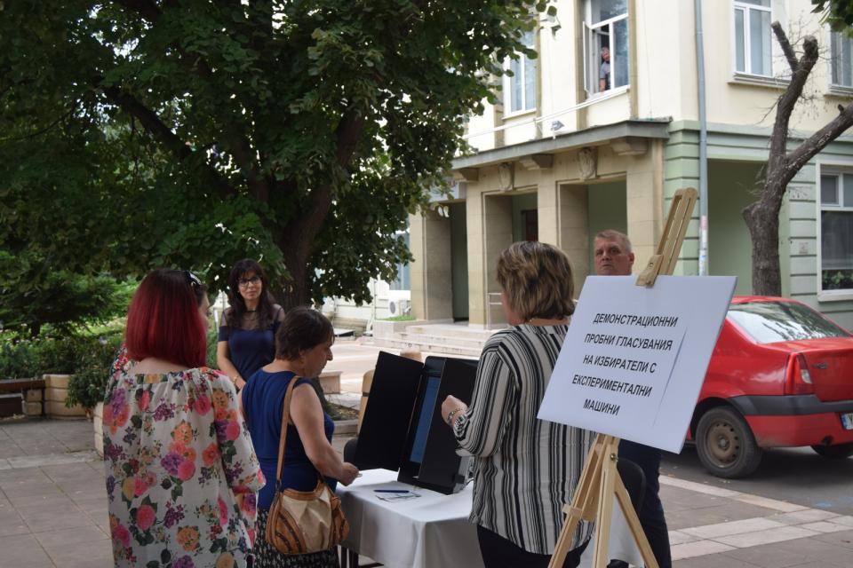 """По искане на община """"Тунджа"""", Районната избирателна комисия - Ямбол организира на 3 юли демонстрационни пробни гласувания с експериментални машини за избиратели..."""