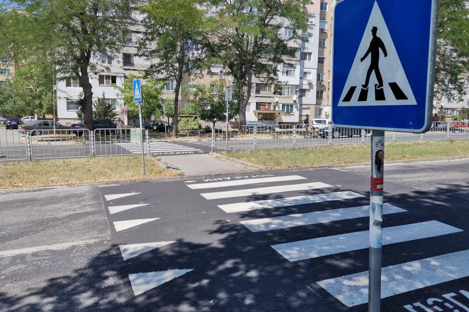 """След сигнали на граждани Община Ямбол изгради две нови повдигнати пешеходни пътеки в града. Към този момент съоръженията са изградени на ул. """"Граф Игнатиев""""...."""