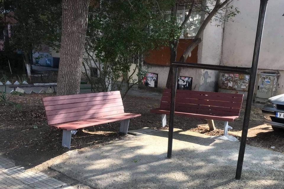 """Служители на Общинско предприятие """"Паркове и зони за отдих и спорт"""" продължават монтирането на реновирани пейки в кварталите на Ямбол. Досега се поставени..."""