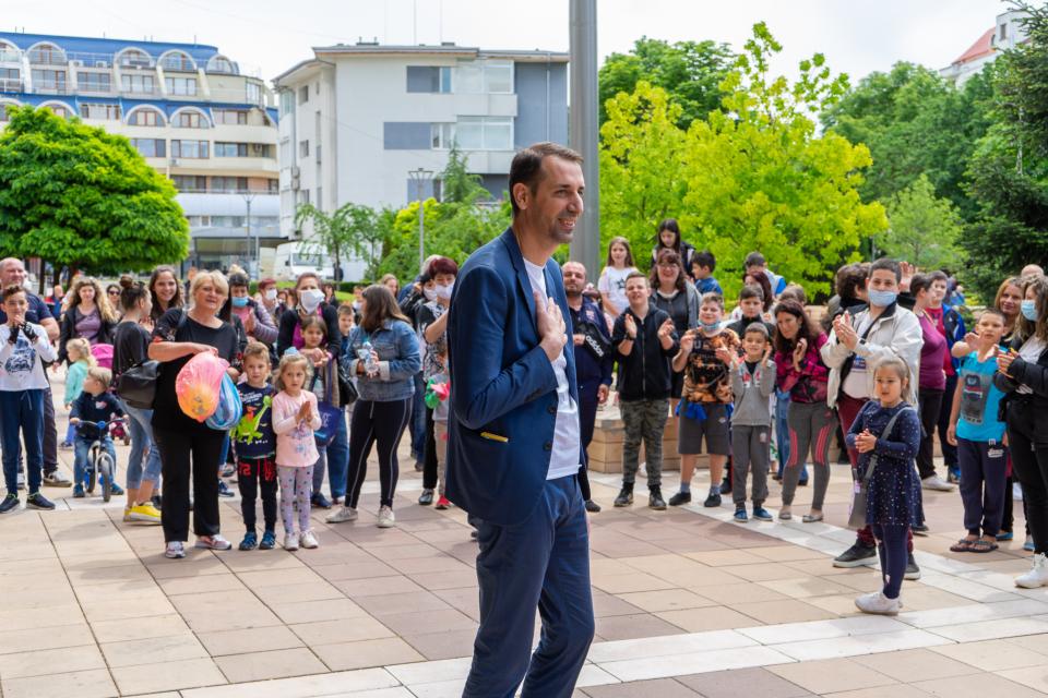 """По случай Деня на детето Община Ямбол подари на децата 600 билета за спектакъл на цирк """"Арена"""".  """"Благодаря за съдействието на основателя на цирка - ямболлията..."""