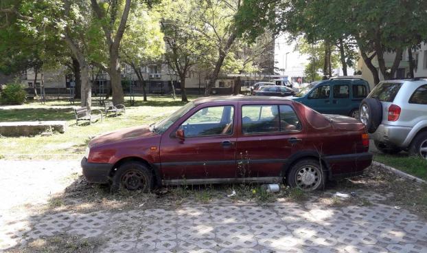 Община Ямбол продължава мерките по вдигане на изоставени автомобили