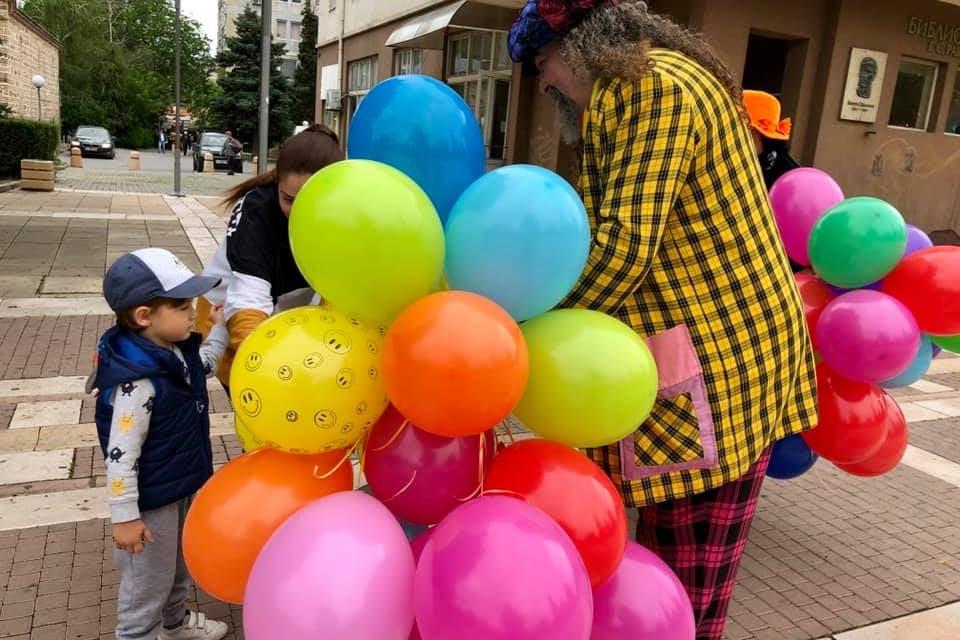 """В 10:00 часа деца от подготвителните групи на детските градини в града ще садят цветя в цветната леха между Младежки културен център """"Георги Братанов""""..."""