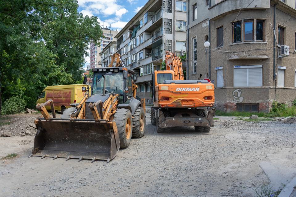 """Община Ямбол предприема ремонти дейности на територията на града. До дни ще бъде подновена уличната настилка пред блок 2 и 3 в жилищен комплекс """"Диана""""...."""