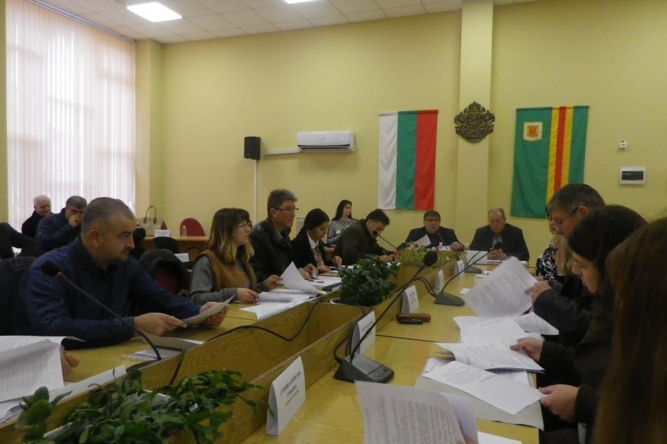 На него общинските съветници разгледаха, обсъдиха и приеха докладни записки относно: предложение за приемане на Правилник за организацията и дейността...
