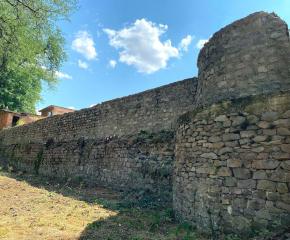"""Общинско предприятие """"Паркове и зони за отдих и спорт"""" започна почистването на отдавна забравен и неподдържан исторически обект в Ямбол - северната стена на средновековната крепост"""