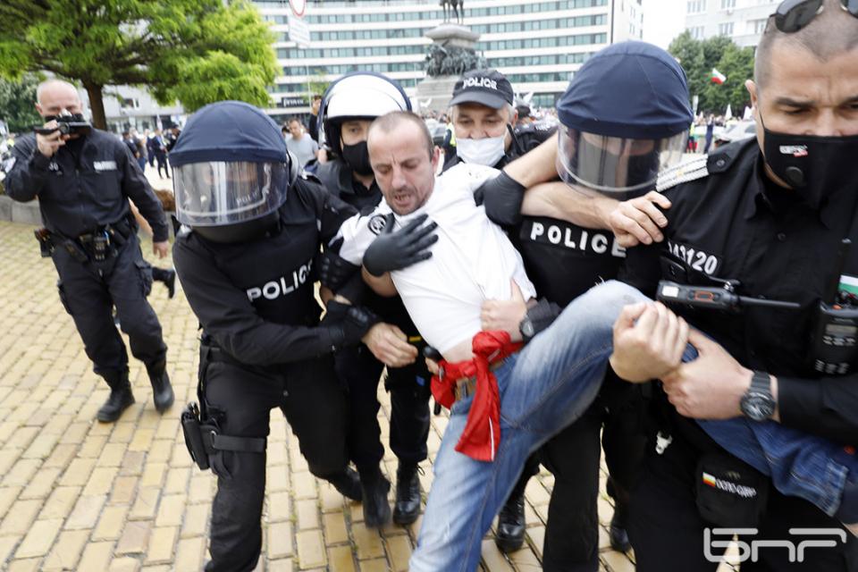 Седмина мъже и жена са задържани днес по време на протестните действия в столицата, съобщиха от пресцентъра на МВР. Трима от тях - на възраст 21, 40 и...