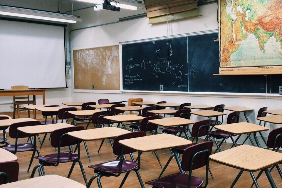 Обсъжда се вариант за разредено присъствие на учениците от 8 до 12 клас, заяви чрез скайп пред БНТ просветният министър Красимир Вълчев, който е в изолация,...