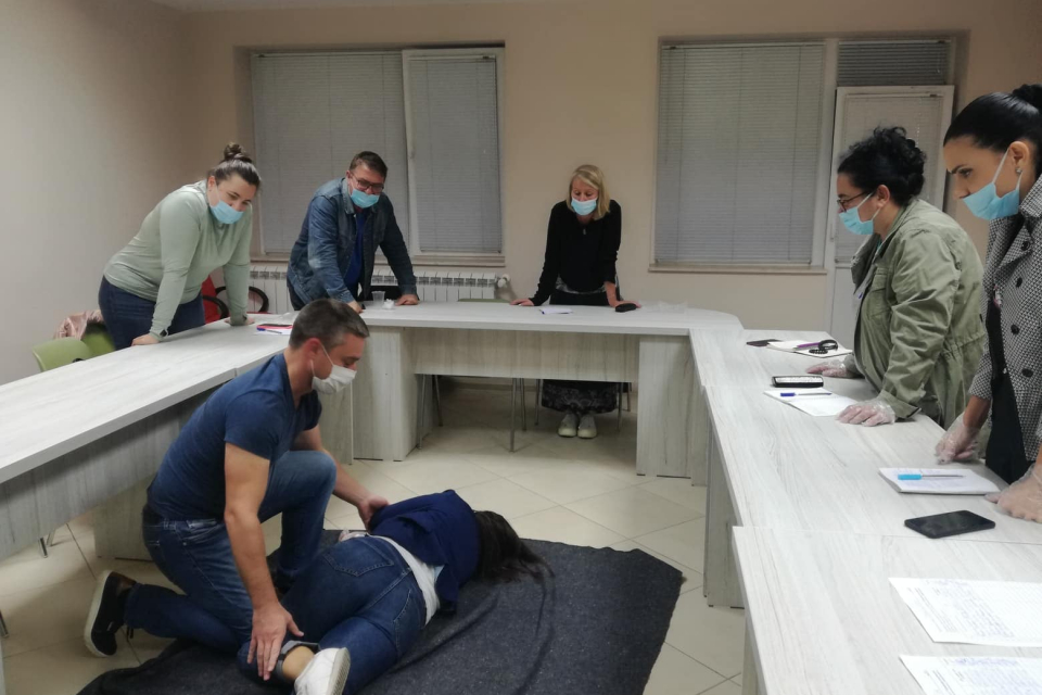 В съответствие с годишния план за работа на БЧК-Ямбол, на 06 октомври 2021г., в учебната зала на Областния секретариат на БЧК, се проведе обучение по първа...