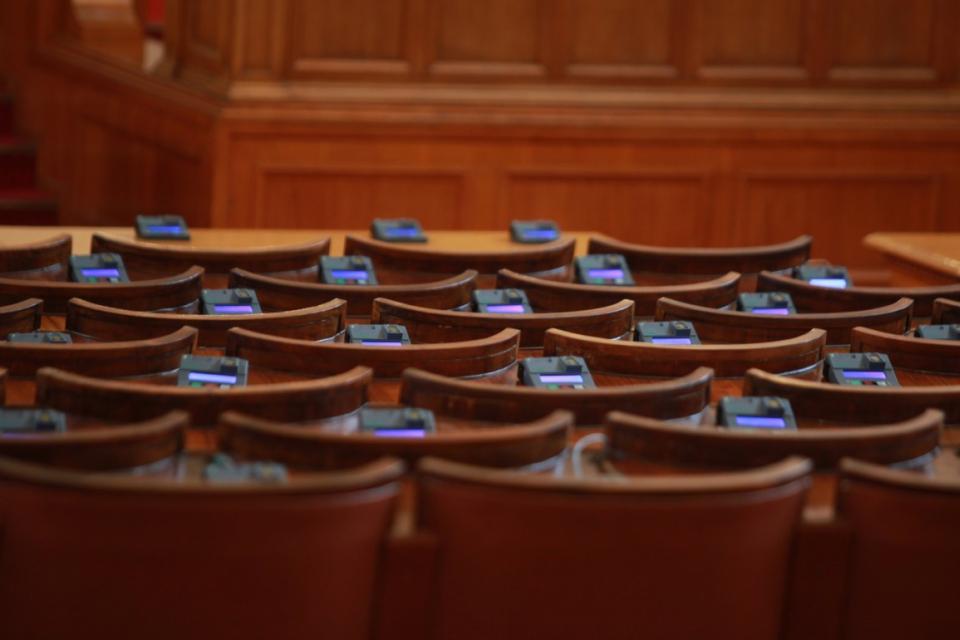 След полунощ Централната избирателна комисия прие с решение разпределението на мандатите между шестте политически формации, които влизат в следващото народно...