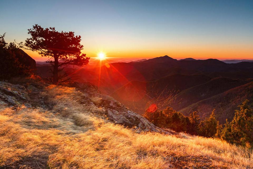 Въввторникденят ще е слънчев с разкъсана облачност почти над цялата страна. По-мрачно ще остане над Северозападна България, където ще превали слабо....