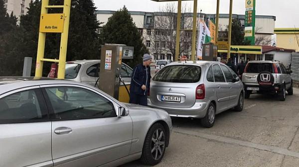 Ограбиха бензиностанция в Стара Загора тази нощ, съобщи bTV. Около 3,30 ч. в обекта е нахлул маскиран човек. Той извадил нож и взел парите от касата....
