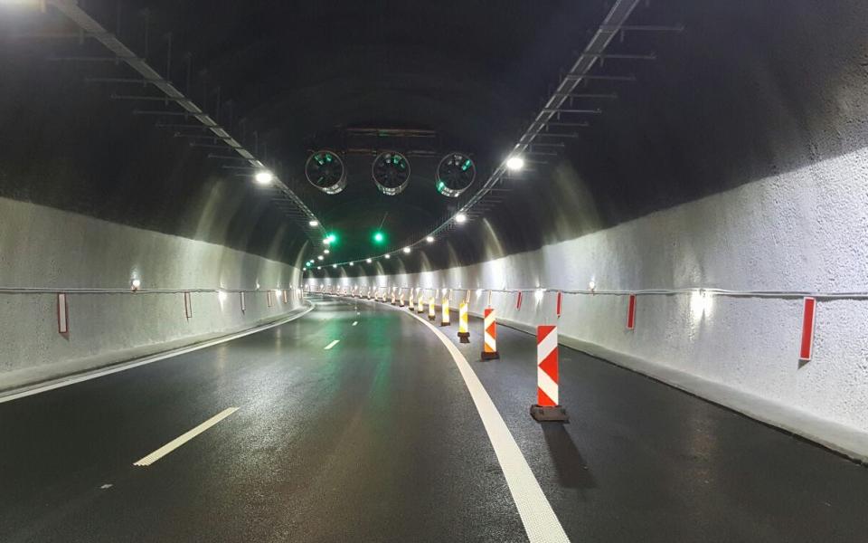 """От 9:30 ч. до 16 ч., движението в тръбата за Бургас на тунел """"Траянови врата"""" на автомагистрала """"Тракия"""", ще се осъществява в една лента. Поради ремонт..."""