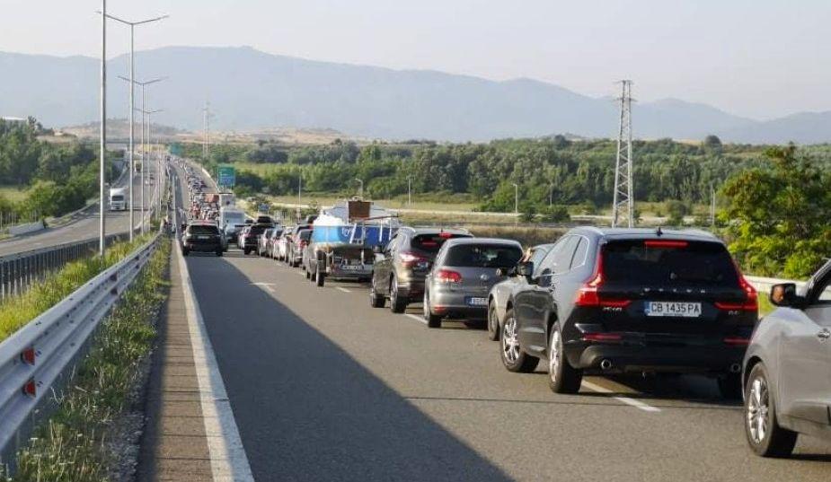 """Изключително интензивен е трафикът на ГКПП""""Кулата"""". Към 8 часа опашката от чакащи за влизане в Гърция леки автомобили е над 10 километра. Голяма част..."""